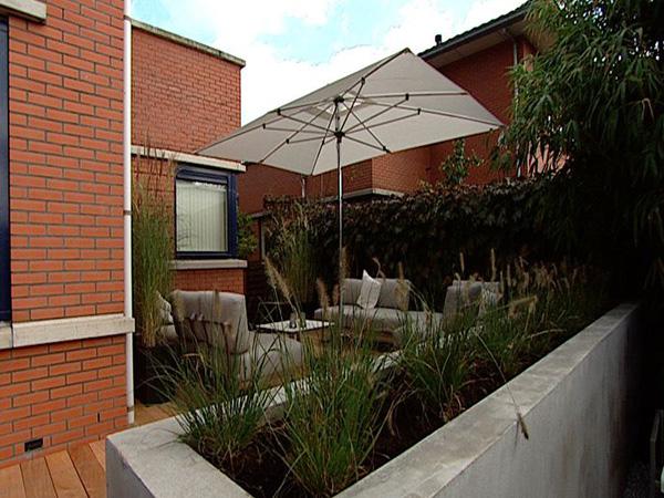 Loungehoek met verhoogde plantenbak
