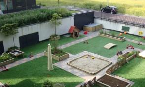 Zicht op tuin kinderdagverblijf