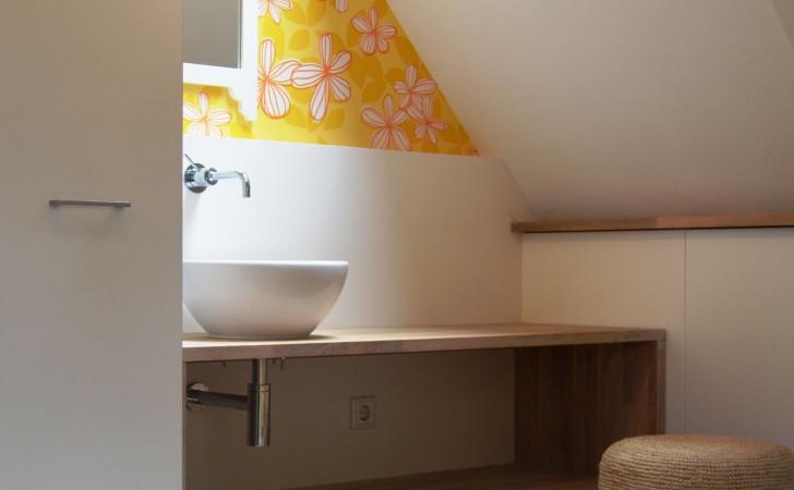 wasbak en kastenwand onder het schuine dak