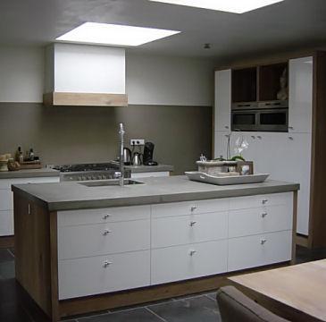 De keuken met kastenwand en spoeleiland