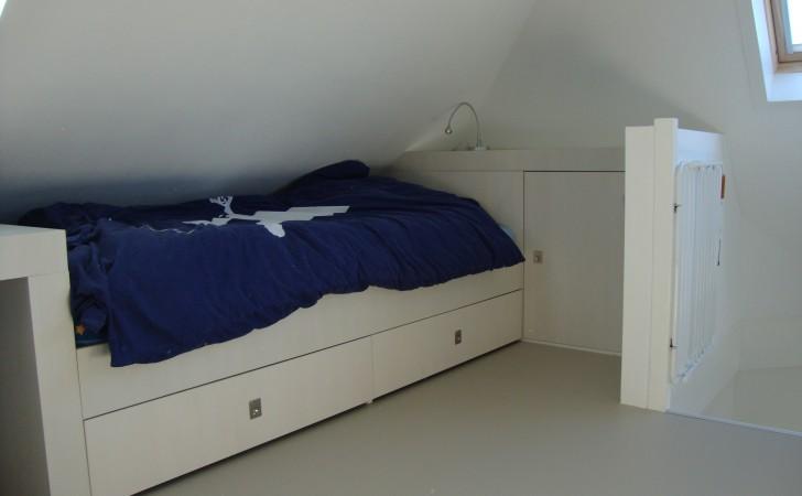 Bedombouw met kastenwand op zolder