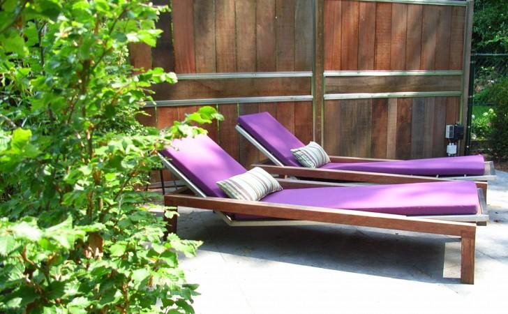 Ligstoelen in de tuin met tuinkussens