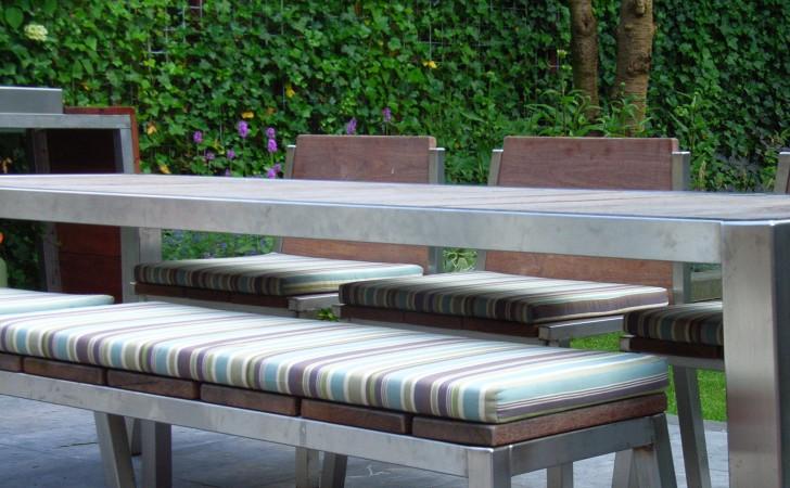Tuintafel met banken en stoelen
