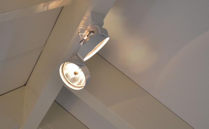 wastafelmeubel badkamer met inloopdouche detail verlichting zolder