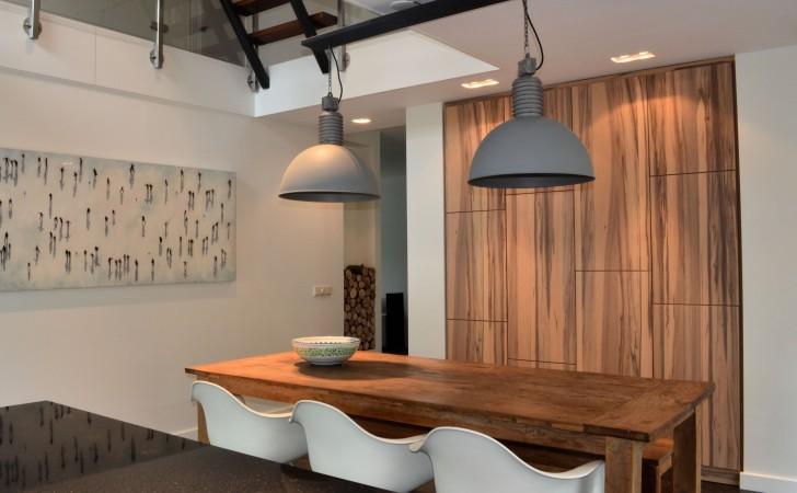 Keuken met keukenkast op maat- bijzondere houtstructuur-