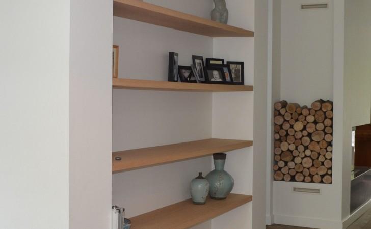 Boekenkast van zwevende eiken planken