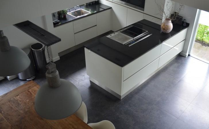 De keuken vanuit de vide gezien