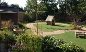 Overzicht van de tuin met de natuurlijke vormen