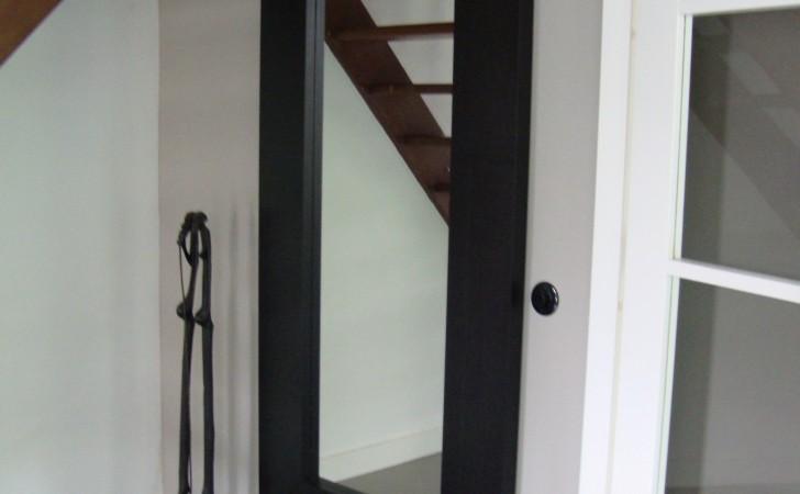 Doorkijk naar de hal via de openslaande deuren.