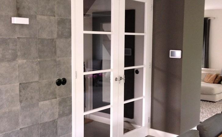 Openslaande deuren naar de hal.